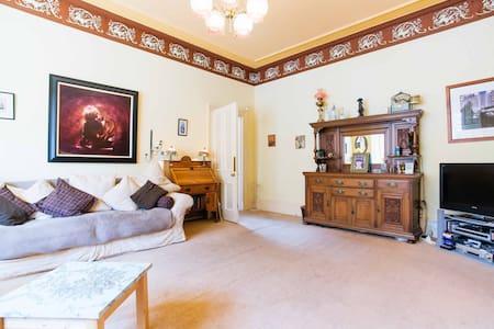 Spacious family room - Glasgow