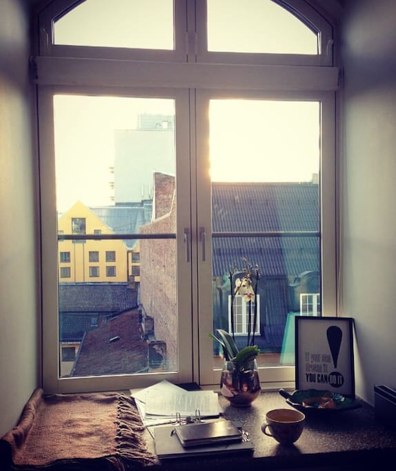 One of the best features of the apartment: A comfortable window seat with a view down to the previous royal norwegian military academy.