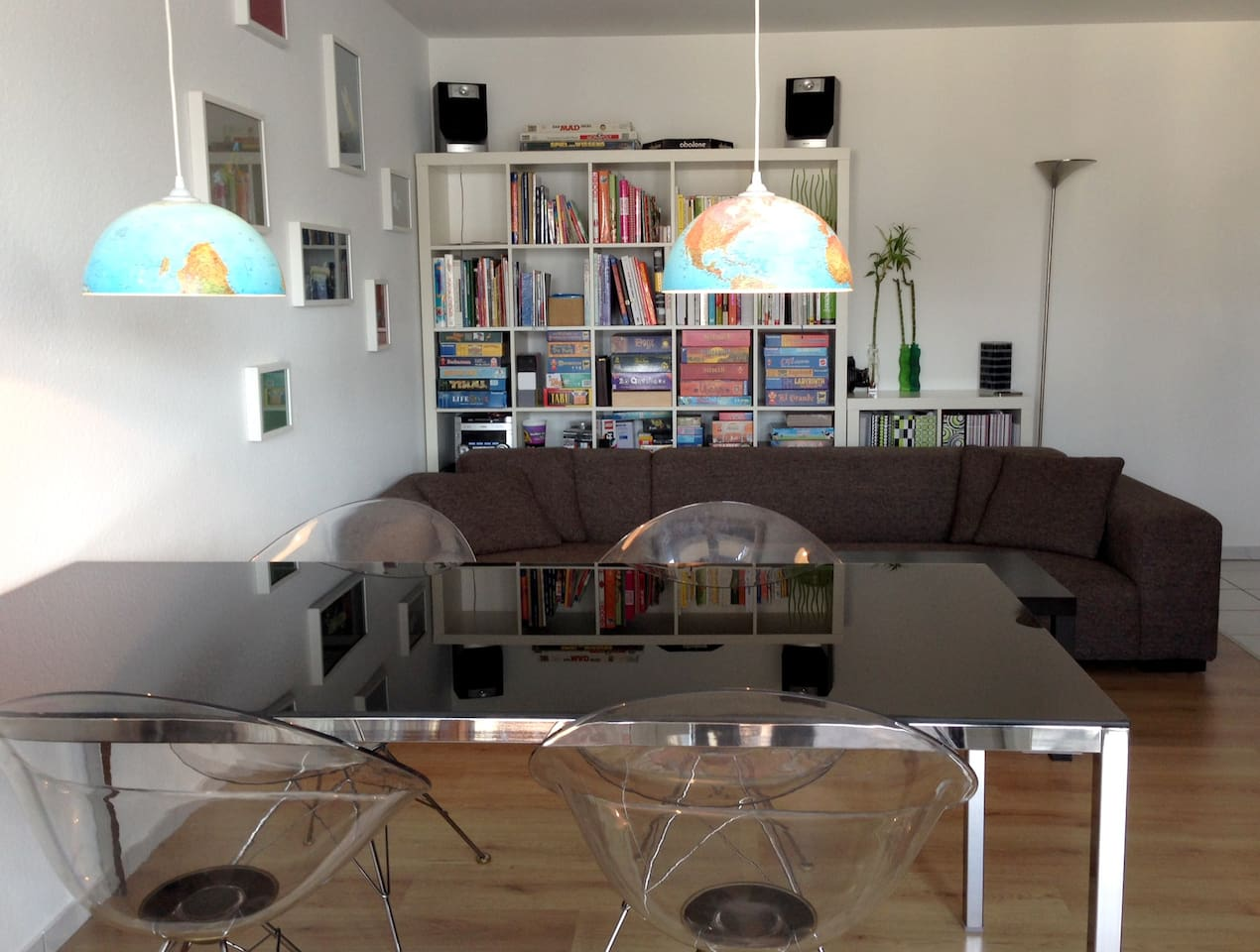Wohnzimmer mit großer Couch, schönem Essplatz und Arbeitsplatz / living room with huge couch, large dining table and work place