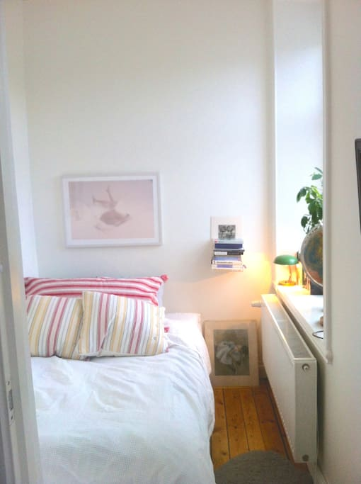 Bedroom with 140 cm bed