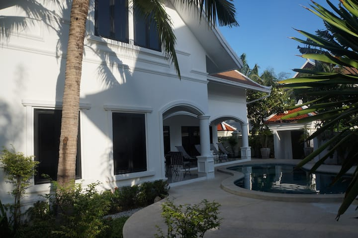 3 bdr pool 200 m beachfront Pattaya