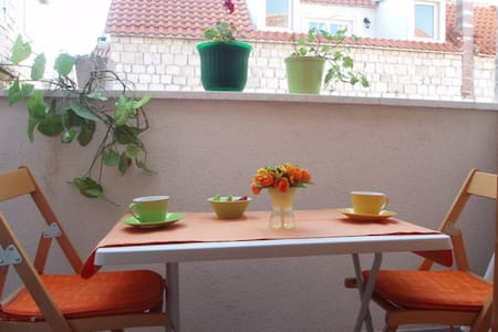 Balcony studio in the center just steps from sea - Trogir - Leilighet