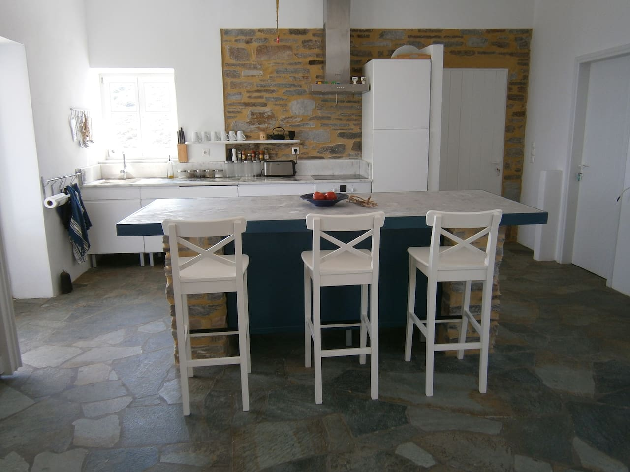 Kitchen island and stools: conducive towards easy going vacationing