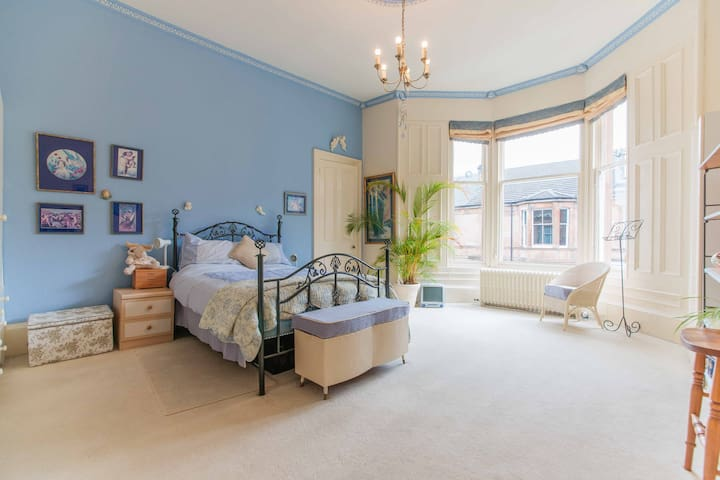 Very large bright south facing room - Glasgow - Casa