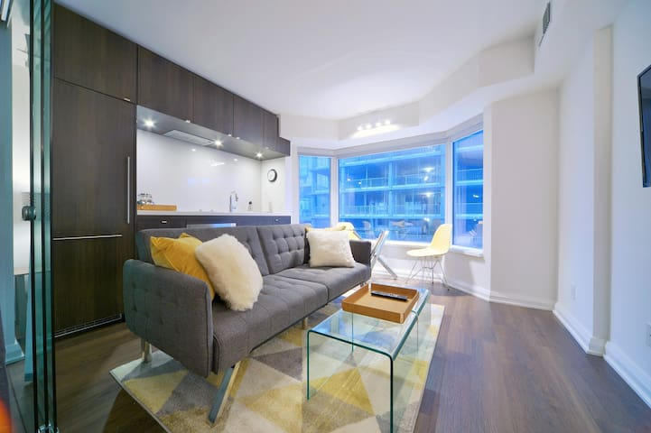 YORKVILLE HOTEL STYLE SUITE EXEC / FAMILY SLEEPS 3