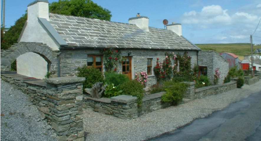Liscannor Dinny's Cottage at the Cliffs of Moher