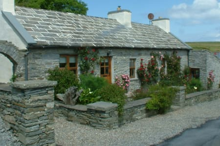 Dinny's Cottage at the Cliffs  - Liscannor - Talo