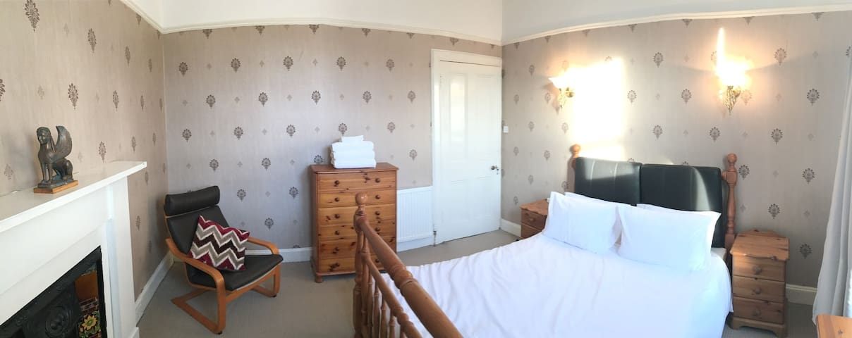 Private Room (lockable) Sleeps 2 with Free Parking