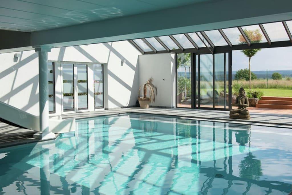 la piscine privée chauffée de 8 m sur 12 m