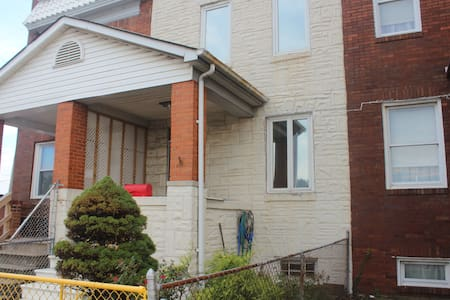 Deluxe Greektown Row Home Near Bayview Hospital - Townhouse