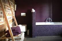 Badezimmer im Obergeschoss, WC und Badewanne