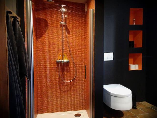 Duschbad und WC im Erdgeschoss