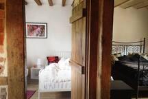 Blick in zwei der Schlafzimmer, mit zwei Einzel– und einem Doppelbett