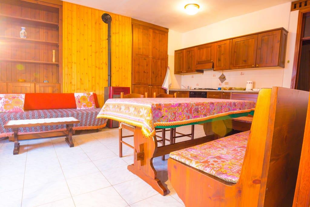 Zona giorno, divano, tavolo, stufa