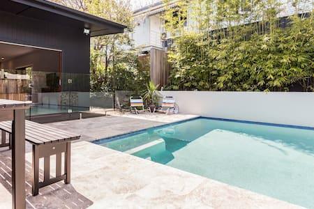 Inner city modern home, sleeps 8, wifi, pool - Red Hill