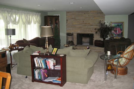 Lake Country Living, Quiet , Clean, Newly Renovate - Oconomowoc - Apartemen