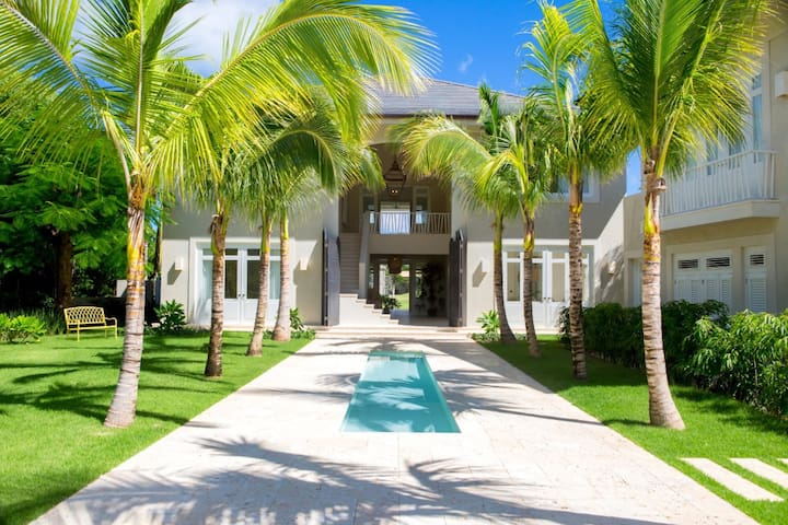 Amazing six-bedroom golf-front villa in Punta Cana