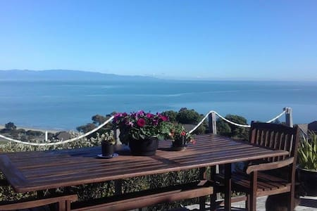 Private home with magnificent views & breakfast - Nelson - Talo