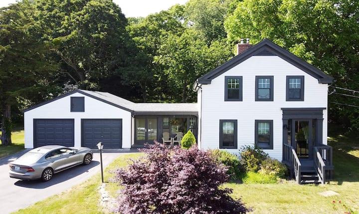 Rustic Modern Coastal Farmhouse w/private yard