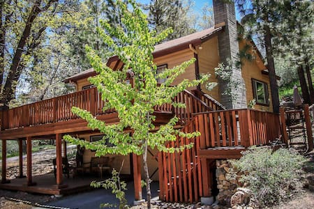 Secluded & Clean Retreat~Outdoor Spa~Great Yard/Deck~Washer/Dryer~Fireplace~ - Big Bear City