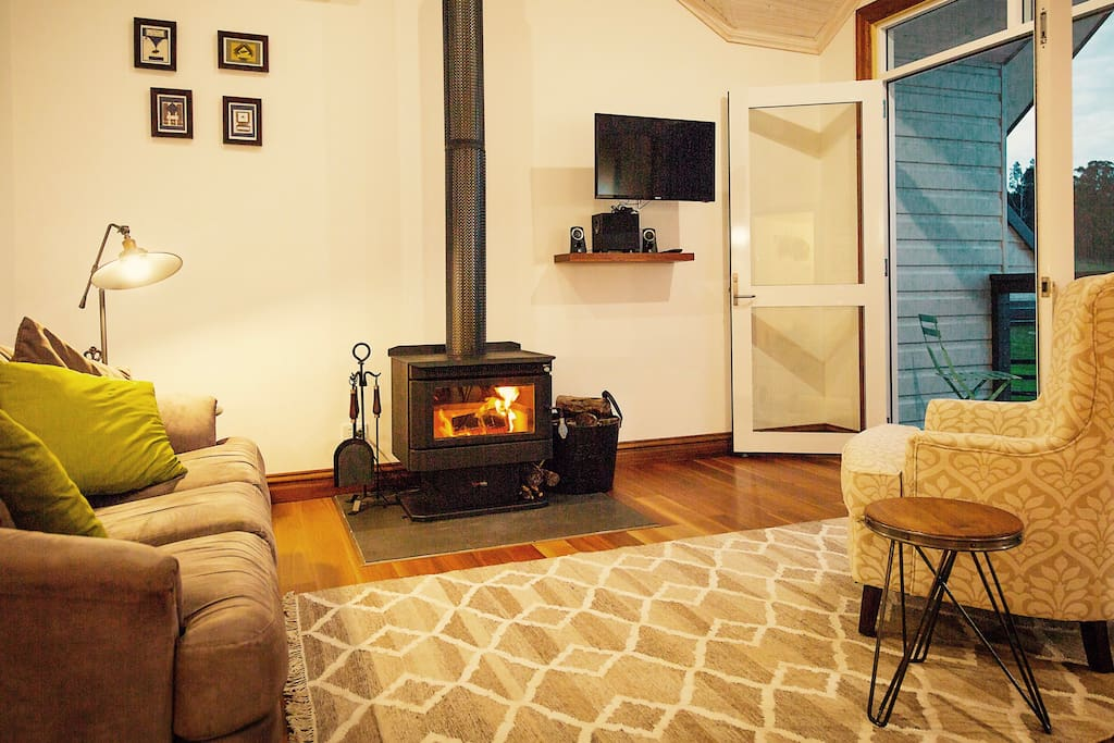 The Graziers Retreat - Light filled retreat with log fireplace and stunning country views