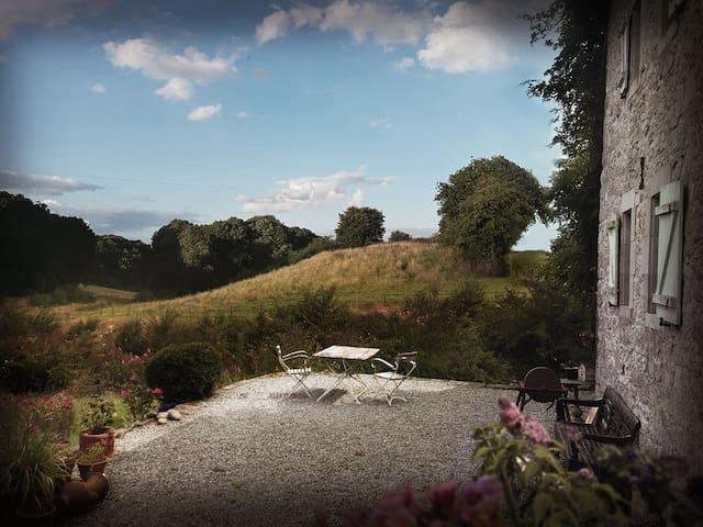 Terrasse mit Weitblick über die Wiesen zum Wald