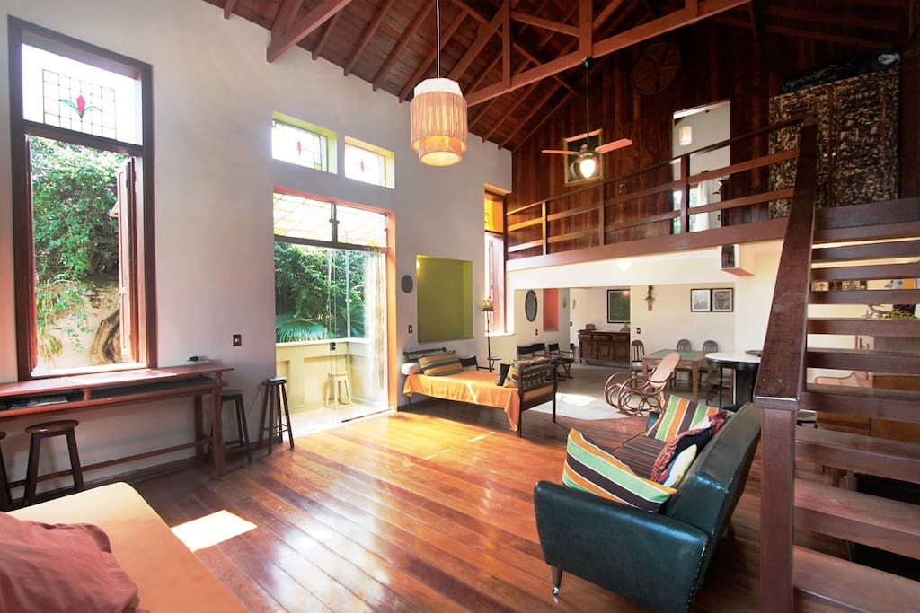 House-feature:  the huge living-area, with its 7-m high wood-panelled open roof and hardwood floor...