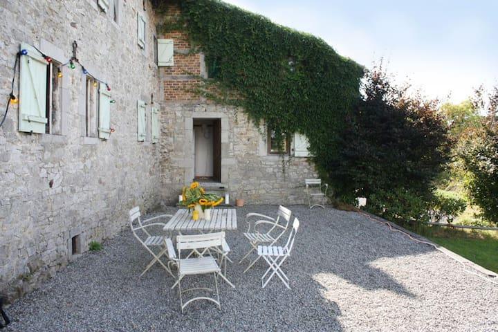 Geschützte Terrasse mit Weitblick und überdachtem Grillplatz