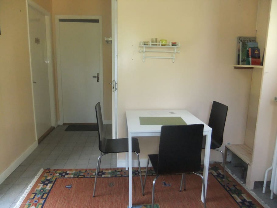 A small private living room (with a water cooker, coffee machine, tourist information and some games) is located next to the bed- & bathroom.