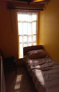 A small bedroom with a single bed - Penzance - Haus