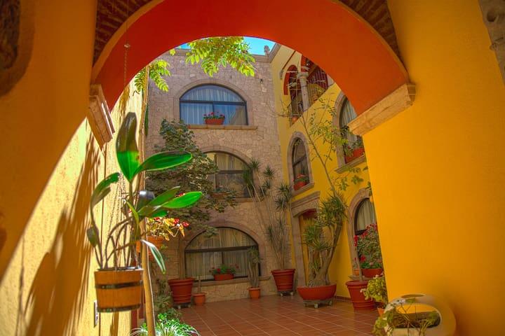 """Habitación equipada """"CÓNDOR"""" Centro Histórico."""