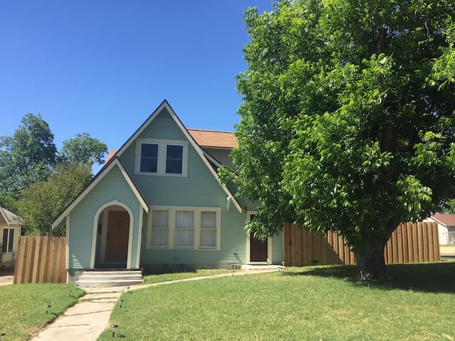 Charming Upstairs Apt near the Alamo & Lackland