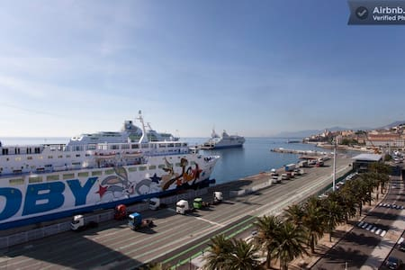 Superbe emplacement face au ferry - Bastia