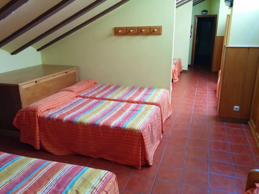 habitacion de hasta 15 plazas compartidas con baño triple