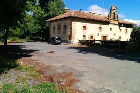 CQ22-habitacion compartida con baño - Grañón - บ้าน