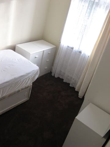 ROOM close to LUTON Town centre and LUTON AIRPORT