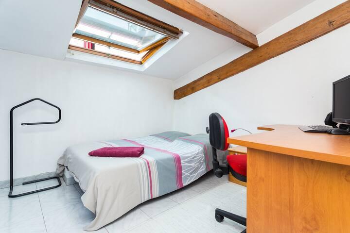 Chambre mansardée calme et lumineuse équipée d'une climatisation réversible