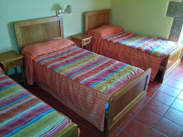 CQ13-habitacion triple con baño - Grañón - Dům