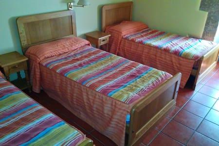 CQ13-habitacion triple con baño - Grañón - Rumah