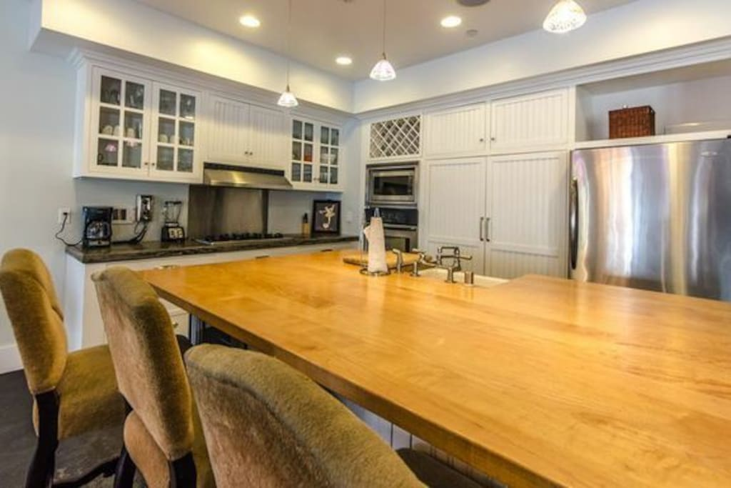 Gourmet Kitchen with center island and complete appliances