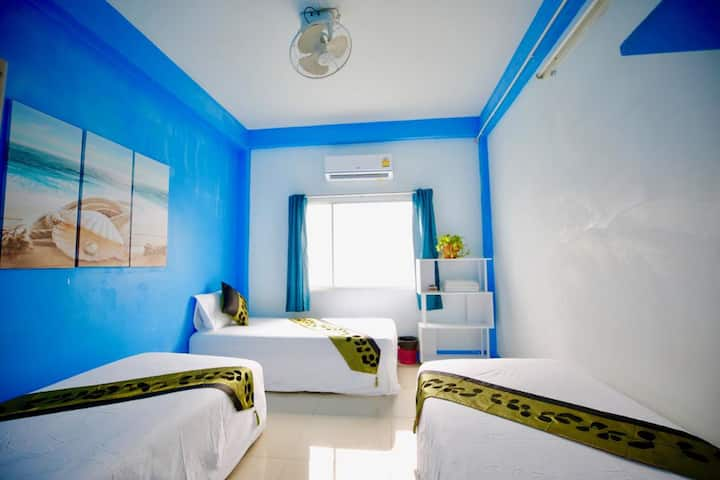Triple beds with shared bathroom in Khao San
