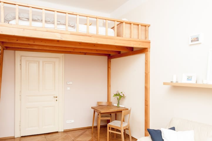 Sarah's Calm and Cozy Flat in the Best Location!