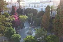 La plaza de Candelaria es el entorno en el que se encuentra el apartamento. No tiene vistas directas a la plaza.