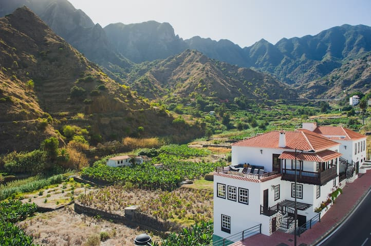 Edificio entre montañas / Building among mountains