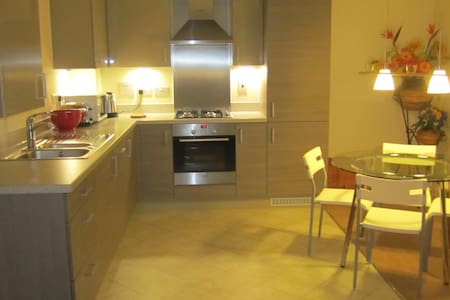 Contemporary 2 bed 2 bath apartment - Kingston upon Thames - Lejlighed