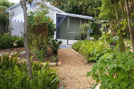 Tropical  GuestHouse walk to the Beach - Konukevi