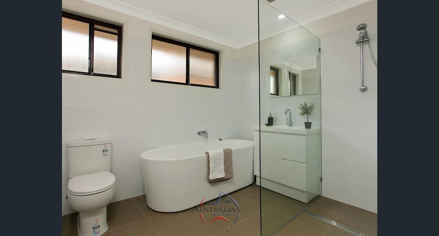 huge master room with ensuite - Kings Park - Дом