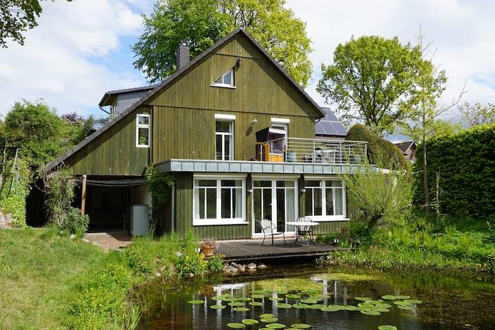 Schöne Souterrainwohnung mit Holzterrasse am Teich