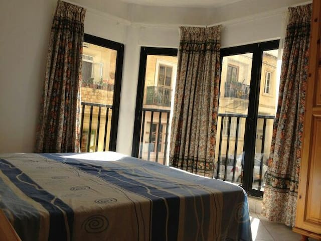 Double room for friends or couples - Gzira - Byt