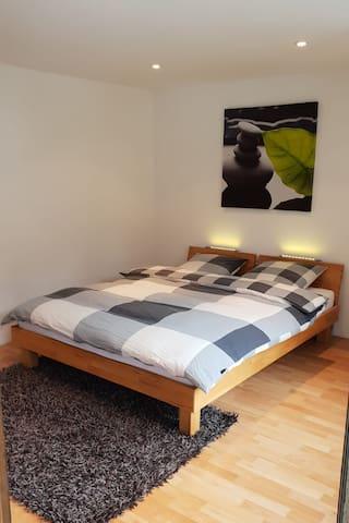 La chambre avec grand lit 160x200 -Das Zimmer mit Doppelbett 160x200